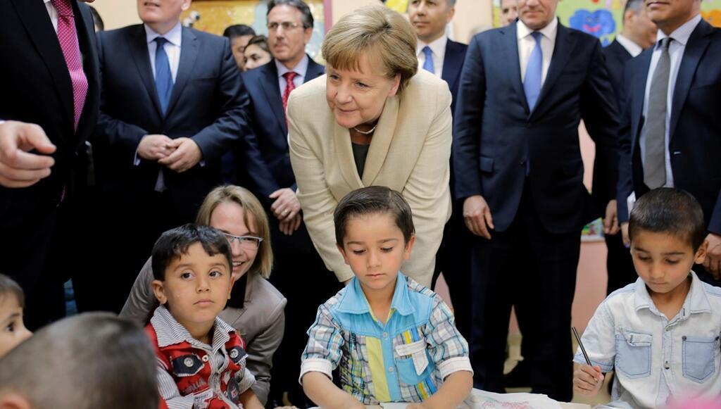 المستشارة الألمانية أنغيلا ميركل مع أطفال من المهاجرين السوريين