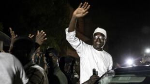 Khalifa Sall a été acclamé par une foule en liesse lors d'une traversée nocturne de la capitale sénégalaise, dimanche 29 septembre 2019.