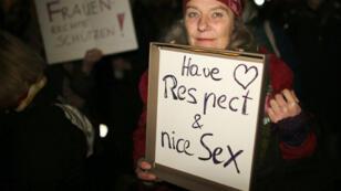 """Une participante à la manifestation qui s'est tenue mardi soir devant la cathédrale de Cologne """"pour plus de respect envers les femmes""""."""