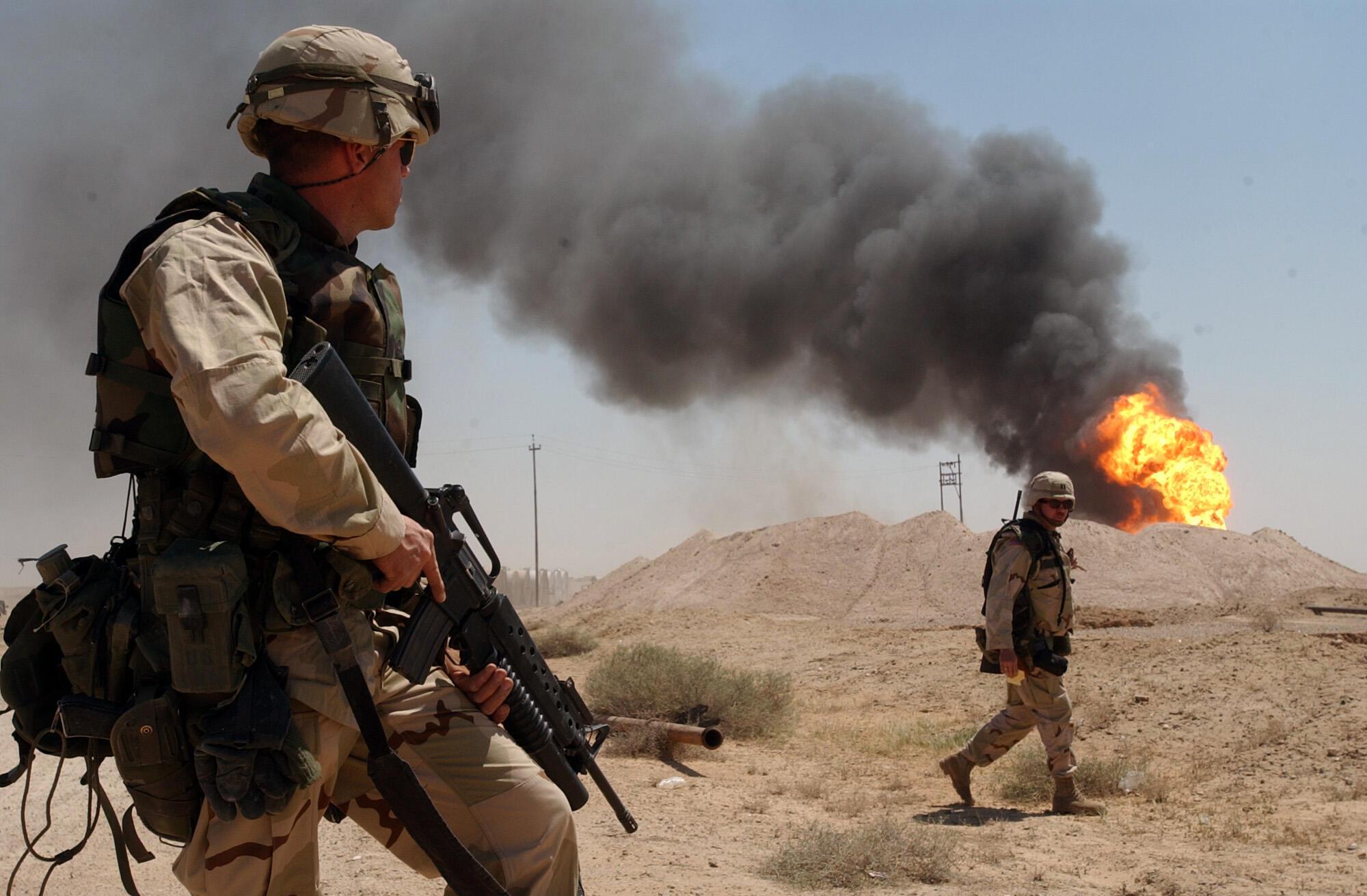 Foto de archivo del sargento estadounidense Mark Phiffer está de guardia cerca de un pozo de petróleo en los campos petroleros de Rumaylah, en el sur de Irak, el de abril de 2003.