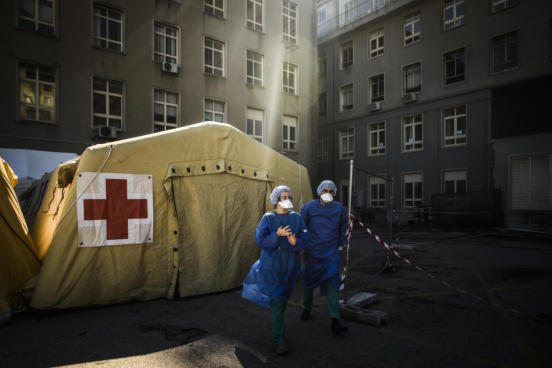 """Des tentes de """"triage"""" des malades du Covid-19 devant l'hôpital Santa Maria de Lisbonne, le 2 avril 2020."""