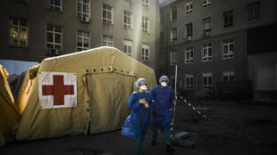 """Des tentes de """"triage"""" des malades du Covid-19 devant l'hôpital Santa Maria de Lisbonne, 2 Avril 2020 au Portugal"""