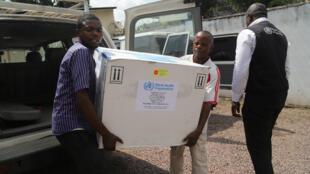 Funcionarios del Ministerio de Salud congoleño portan el primer lote de vacunas experimentales contra el ébola en Kinshasa