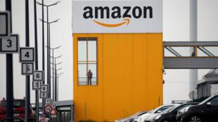 """El logotipo de Amazon en el centro logístico de la compañía en Lauwin-Planque, en el norte de Francia, el 19 de marzo de 2020. Varios cientos de empleados protestaron en Francia, pidiendo al gigante del comercio electrónico estadounidense para que detuviera las operaciones o respetara el """"derecho a retiro"""" de los empleadosdurante la epidemia de coronavirus (COVID-19)."""