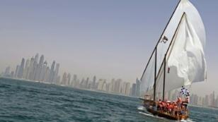 """سفينة """"زلزال"""" تتجه نحو خط النهاية مقابل سواحل دبي بعد الانطلاق من جزيرة صير بونعير، للفوز في سباق القفال السنوي للسفن الشراعية التقليدية، 14 أيار/مايو 2017"""