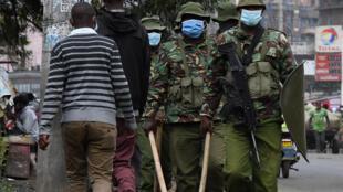 La policía keniana patrulla en Eastleigh, Nairobi, el 7 de mayo de 2020, después de que el gobierno decretara un confinamiento parcial en los puntos calientes de la pandemia de coronavirus