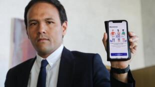 Le secrétaire d'État au Numérique Cédric O présente l'application StopCovid sur un smartphone, le 29 mai 2020 à Paris