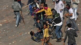 clash between people supporting a new citizenship law and those opposing the law in New Delhi, India, February 24, 2020. REUTERS OK