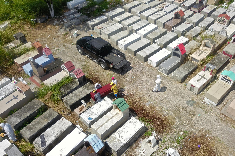 Vue aérienne du cimetière de la banlieue de Guayaquil, la capitale économique de l'Equateur, le 12 avril 2020.