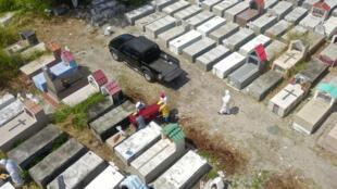 Un féretro es enterrado el 12 de abril de 2020 en el cementerio María Canals, a las afueras de Guayaquil, en Ecuador