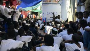 Des migrants à bord du navire humanitaire Ocean Viking, le 23 août 2019.