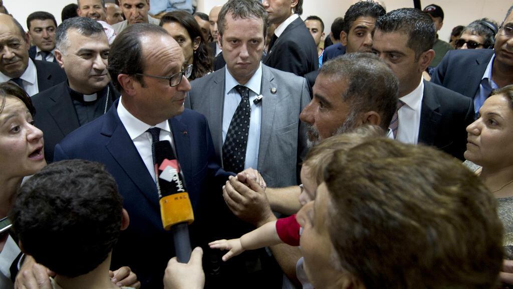 Francois Hollande rencontre des réfugiés au camp Ainkawa, le 12 septembre.