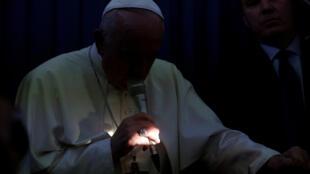 El papa Francisco habla con los medios a bordo de un avión durante su vuelo de regreso de un viaje en Dublín, Irlanda, el 26 de agosto de 2018.