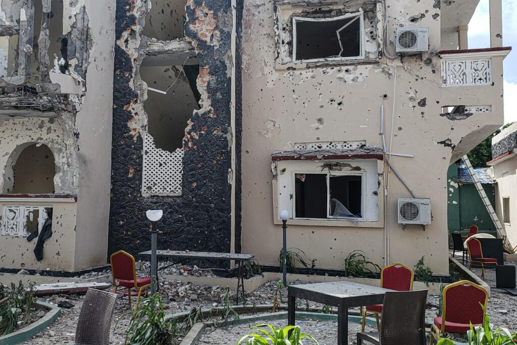 Vista del interior del hotel en el que fue perpetrado un ataque explosivo por el grupo Al Shabab en Kisamayo, Somalia, el 13 de julio de 2019.