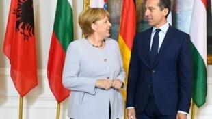 المستشار النمساوي كريستيان كيرن مستقبلا المستشارة الالمانية انغيلا ميركل في فيينا السبت 24 ايلول/سبتمبر 2016