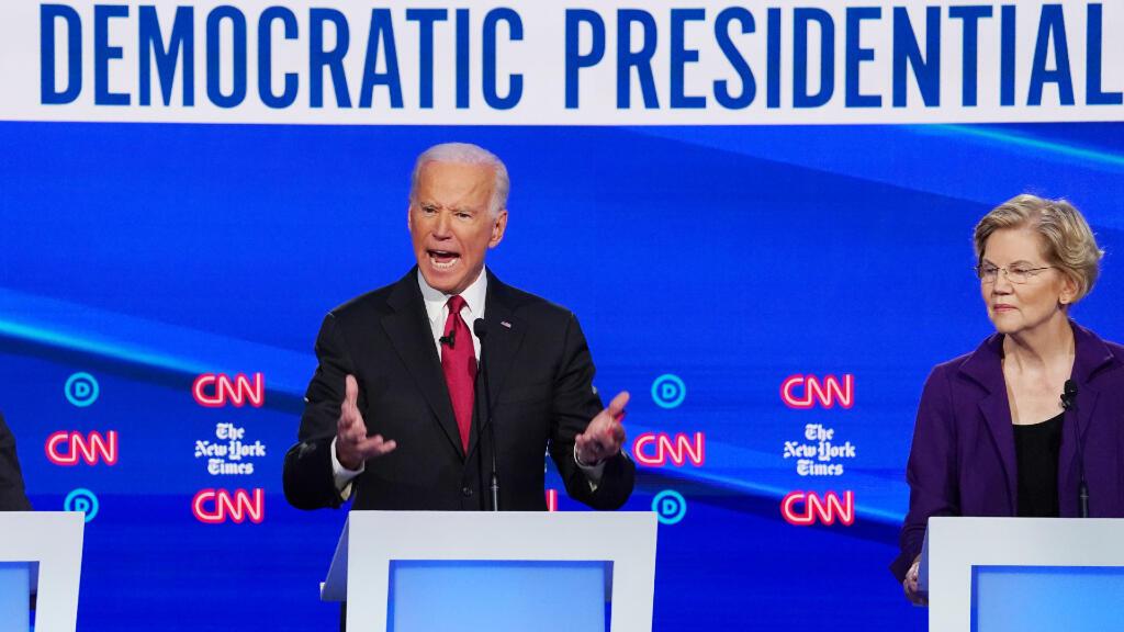 La candidata demócrata a la presidencia, la senadora Elizabeth Warren, escucha al ex vicepresidente Joe Biden durante el cuarto debate electoral de los candidatos presidenciales demócratas de 2020 en Westerville, Ohio.