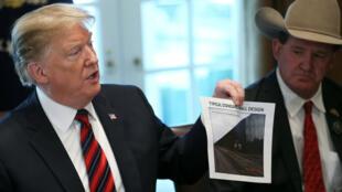 Donald Trump solicita más de 5.000 millones de dólares para la construcción del muro en la frontera sur del país.