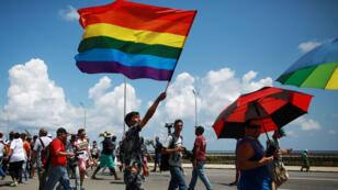"""Activistas por los derechos de la comunidad LGBTI mientras participaban en la Marcha Anual contra la Homofobia y la Transfobia en La Habana, Cuba, conocida como la """"Conga Contra la Homofobia"""" el 14 de mayo de 2016."""