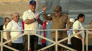 Archivo-Captura de la televisión cubana donde se ve al expresidente Raúl Castro (D) junto al presidente Miguel Diaz-Canel en la plaza dela revolución en La Habana, el 1 de mayo de 2018