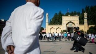 مسلمون يتوجهون إلى مسجد في منطقة شينجيانغ.