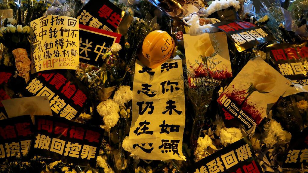 Los manifestantes también rindieron homenaje a un joven que murió en la noche del sábado 15 luego de caer de un andamio desde donde estaba fijando una pancarta de protesta. Hong Kong 16 de junio de 2019.
