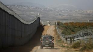 آلية للجيش الإسرائيلي تمر بمحاذاة الحدود الشمالية مع لبنان بالقرب من مدينة المطلة الإسرائيلية في 16 نوفمبر 2017
