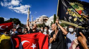 أتراك يحتلفون أمام آيا صوفيا بالقرار القضائي الذي يبطل وضعها كمتحف في 10 تموز/يوليو 2020