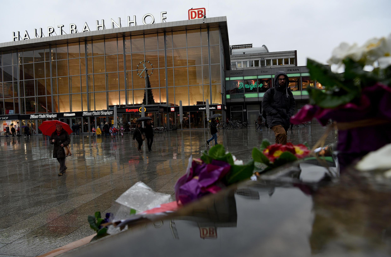 Des fleurs déposés aux abords de la gare de Cologne en Allemagne.