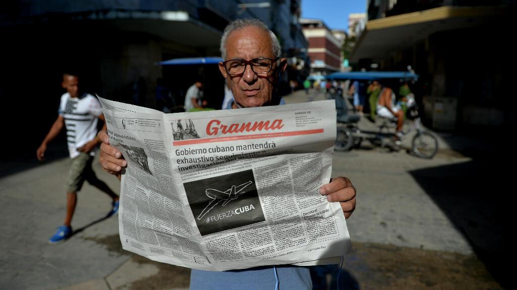 Imagen de archivo. Un hombre lee el periódico oficial cubano Granma en La Habana, Cuba, el 19 de mayo de 2018.