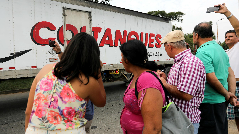 Transeúntes se paran en la carretera para ver los camiones que llegan con ayuda humanitaria internacional para Venezuela. Cúcuta, Colombia, 7 de febrero de 2019.