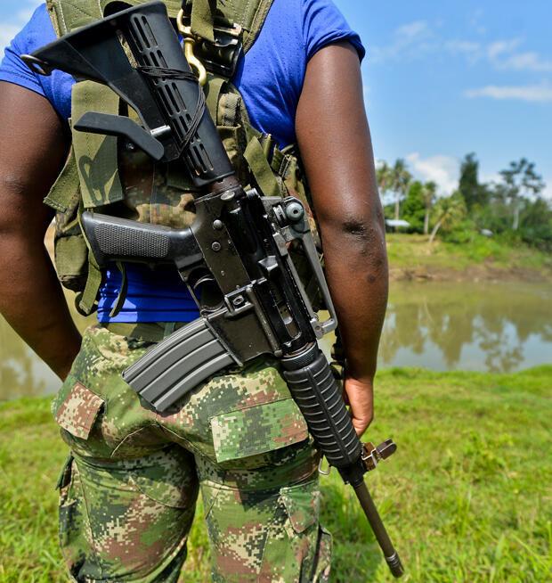 Esta foto tomada el 26 de enero de 2017 muestra a un miembro de la guerrilla del Frente Occidental de Guerra Resistencia Cimarrón del Ejército de Liberación Nacional (ELN) que vigila el área en Alto Baudo, en el departamento de Chocó.