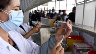 ممرضة تونسية تحضر حقنة من لقاح فايزر بايونتيك في مركز تطعيم في العاصمة في 3 ايار/مايو 2021