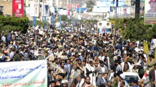 Des milliers de Yéménites dans les rues de Sanaa, le 13 novembre 2017.