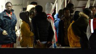 Des rescapés du naufrage de dimanche, dans lequel 800 personnes ont péri, arrivent au port de Catane, en Sicile.