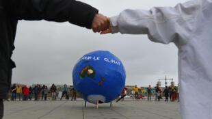 Des manifestants réunis à Bordeaux, lors d'une manifestation pour le climat, le 8 décembre.