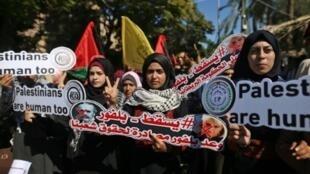 فلسطينيون يحملون صورا ولافتات احتجاجا على وعد بلفور