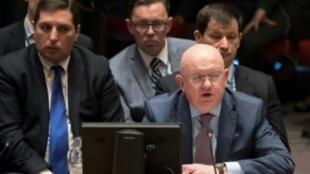 السفير الروسي في الأمم المتحدة فاسيلي نيبينزيا خلال جلسة طارئة لمجلس الأمن الدولي حول سوريا في نيويورك في 9 نيسان/أبريل 2018