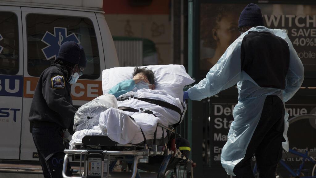 Una paciente es ingresada a un hospital en Brooklyn, Nueva York, en Estados Unidos, el 7 de abril de 2020.