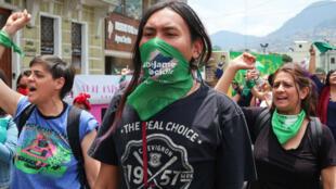 Cientos de mujeres ecuatorianas participan en una marcha feminista en Quito, Ecuador, a favor de la despenalización del aborto. 28 de septiembre de 2019.