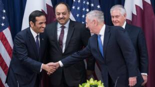 Le secrétaire d'État américain à la Défense James Mattis et le ministre des Affaires étrangères du Qatar, Mohammed ben Abdulrahman ben Jassim Al-Thani, le 30 janvier 2018 à Washington.