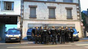 La situation était plus calme à Persan (Val d'Oise) après deux nuits de violences à la suite de la mort d'Adama Traoré lors de son arrestation par la gendarmerie, le 21 juillet 2016.