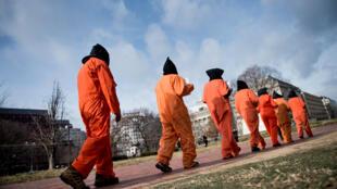 Activistas protestan contra el campo de detención de la Bahía de Guantánamo durante un mitin en la Plaza Lafayette frente a la Casa Blanca el 11 de enero de 2018 en Washington, DC.