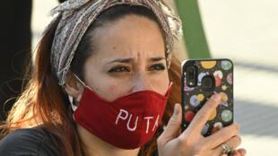 Mujer con una máscara que dice 'Puta' participa en una protesta frente al Ministerio de Seguridad de Buenos Aires, contra la brutalidad policial durante la pandemia del coronavirus COVID-19, en Buenos Aires, Argentina, el 21 de septiembre de 2020.