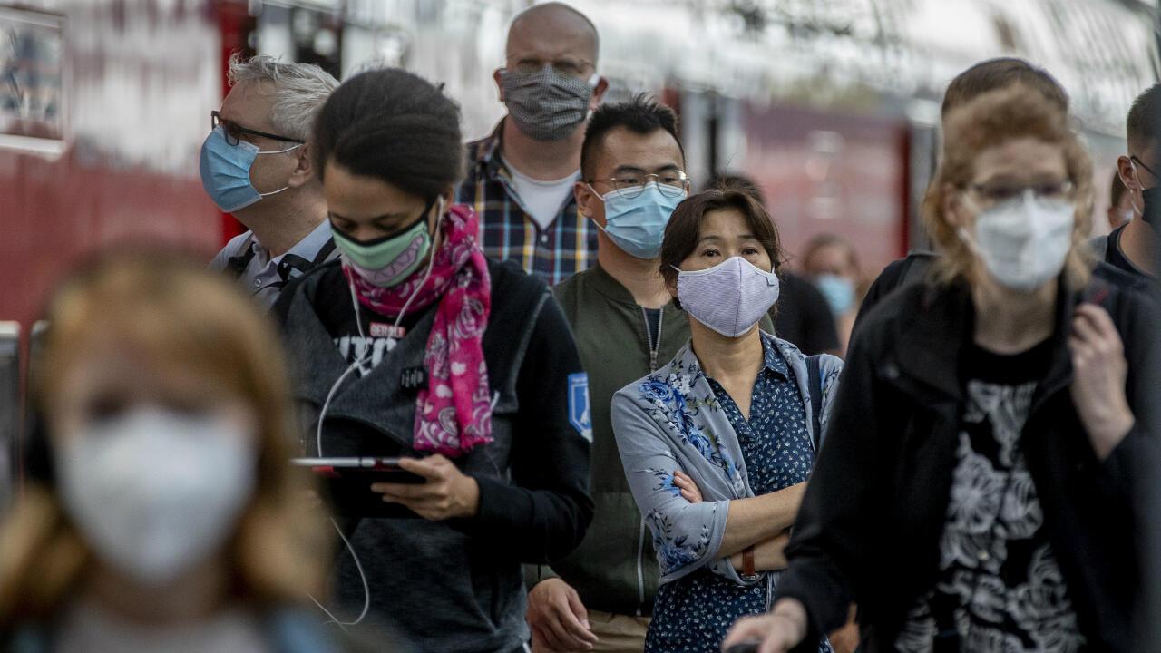 Le nombre de contaminations par le coronavirus dans le monde a franchi dimanche la barre des 25 millions.
