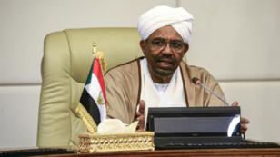 L'ex-président soudanais, Omar el-Béchir lors d'un meeting avec les membres de son cabinet, le 14 mars 2019.