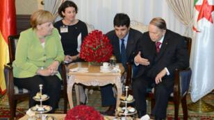 Angela Merkel (à gauche) et son homologue algérien Abdelaziz Bouteflika (à droite), le 17 septembre 2018.