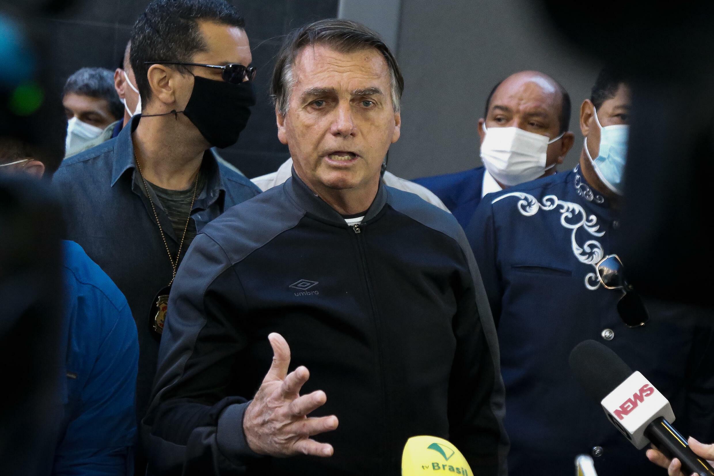 El presidente brasileño, Jair Bolsonaro, habla durante una conferencia de prensa a la salida tras su internación en el Hospital Vila Nova Star de Sao Paulo, Brasil, el 18 de julio de 2021.
