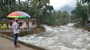 """Selon le chef du gouvernement local, Pinarayi Vijayan, le Kerala est confronté aux """"pires inondations en un siècle""""."""