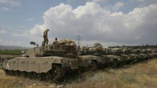 دبابات إسرائيلية قرب الحدود السورية في هضبة الجولان بتاريخ 9 ايار/مايو 2018