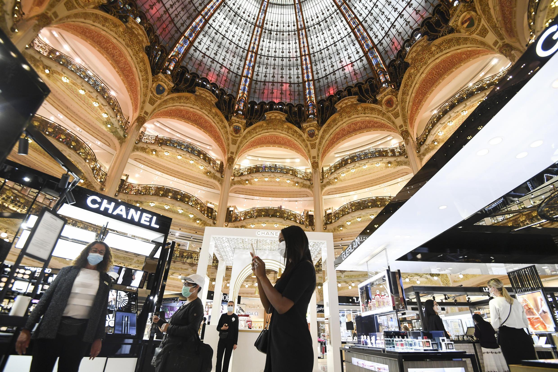 Des clients des Galeries Lafayette, à Paris, portent le masque le 5 mai 2020.